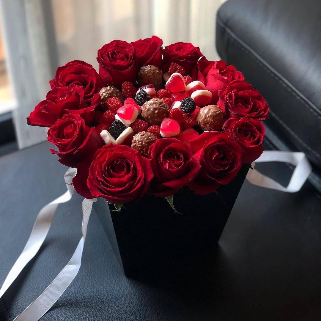 باکس شکلات و پاستیل و گل رز قرمز داخل جعبه