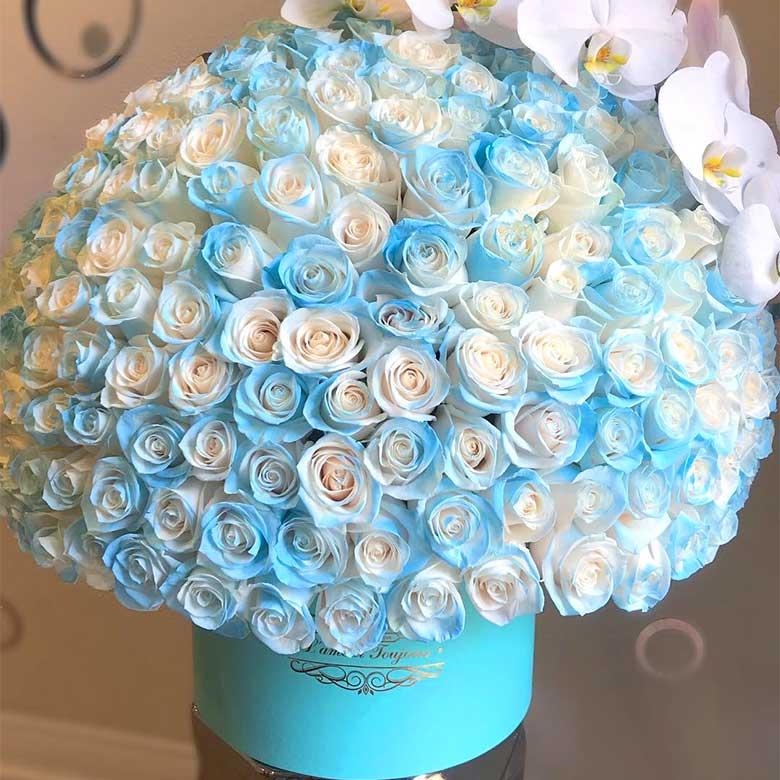باکس گل رز آبی آسمانی و سفید با ارکیده