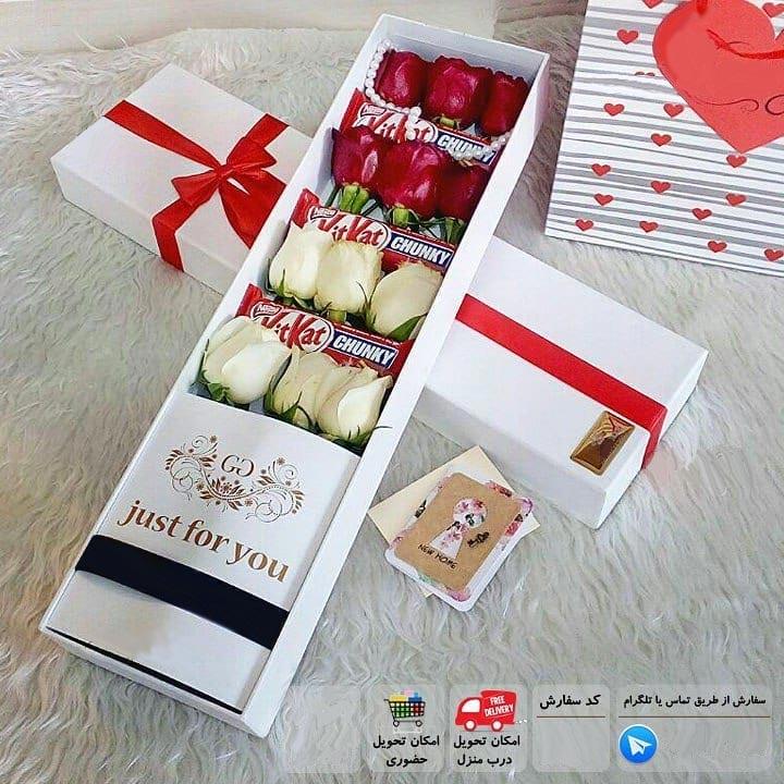 باکس گل رز خوابیده 12 شاخه سفید قرمز با کیت کت