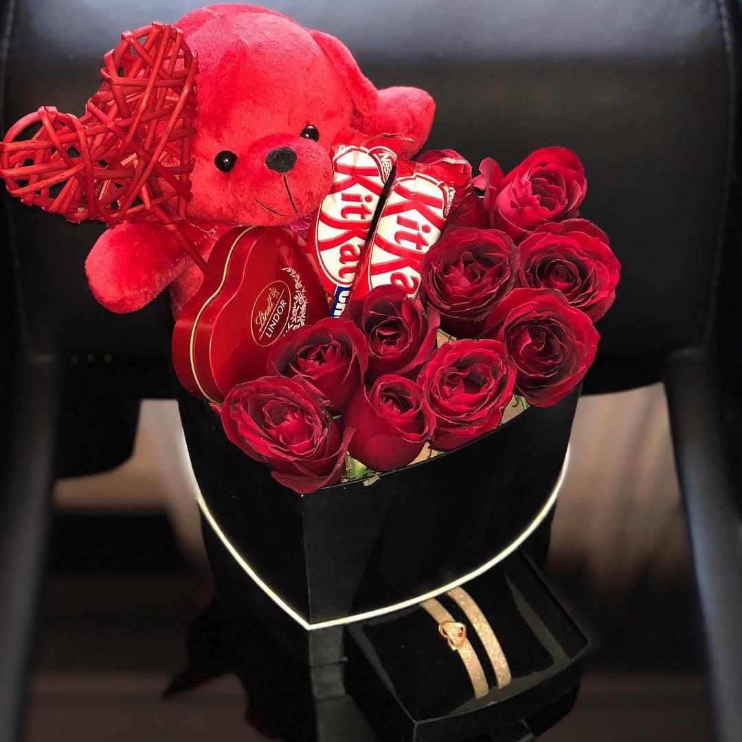 باکس گل و خرس با جعبه قلبی و رز قرمز و شکلات