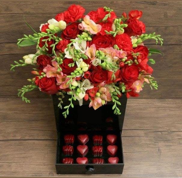 باکس گل کشودار به همراه شکلات