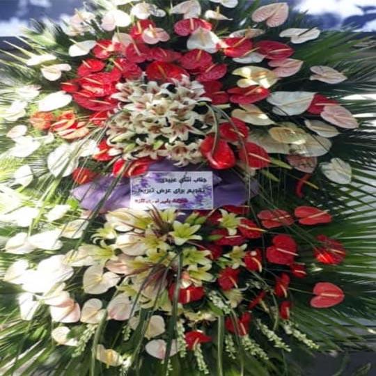 تاج گل افتتاحیه و نمایشگاه دو طبقه با گلهای آنتریوم لیلیوم