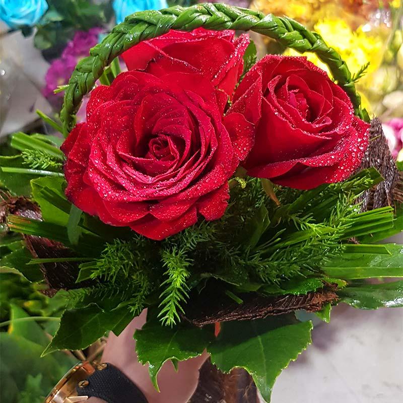 دسته گل رز رنگ قرمز طرح سبد