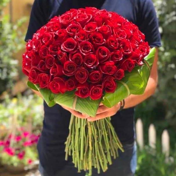 دسته گل رز قرمز با 70 شاخه با تزیین برگ پالم