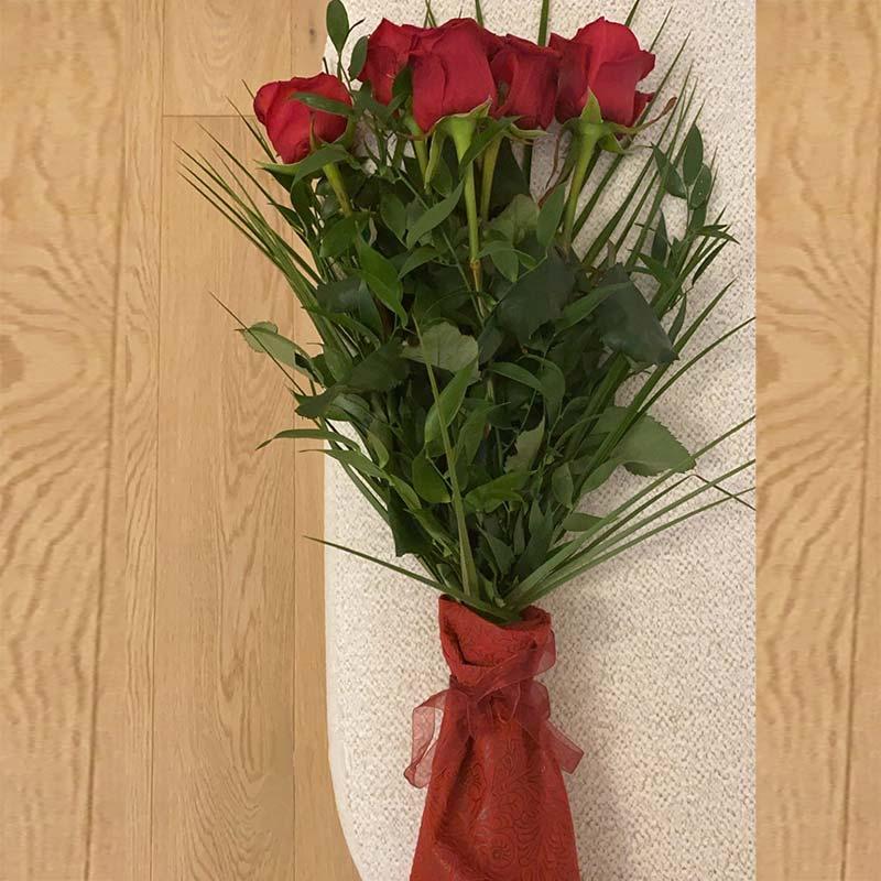دسته گل کوچک رز قرمز 5 شاخه با روبان قرمز