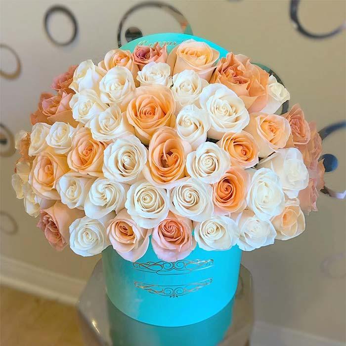 سبد گل رز بزرگ سفید و نارنجی با باکس آبی