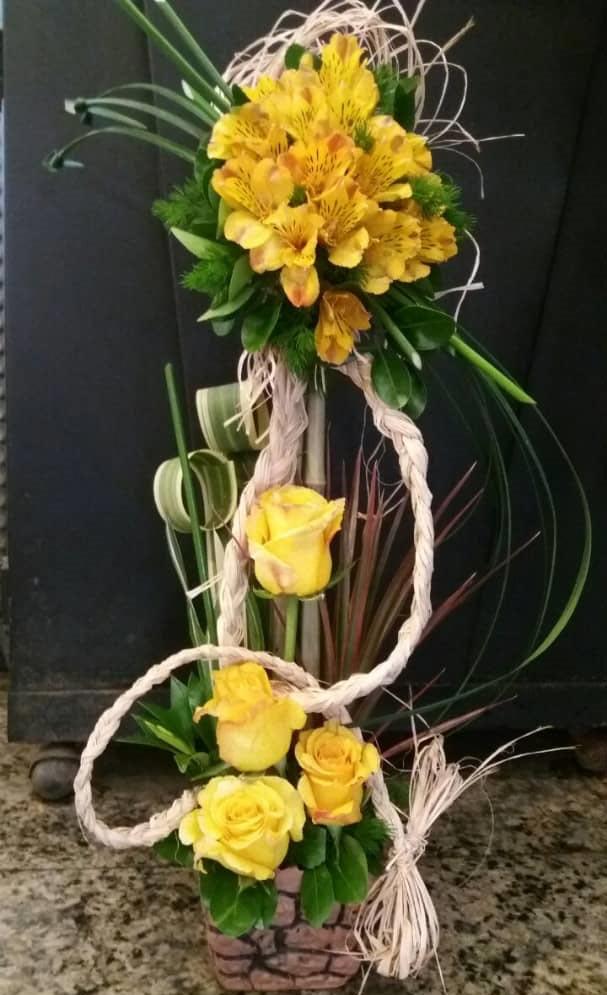 سبد گل زرد فانتزی با رز
