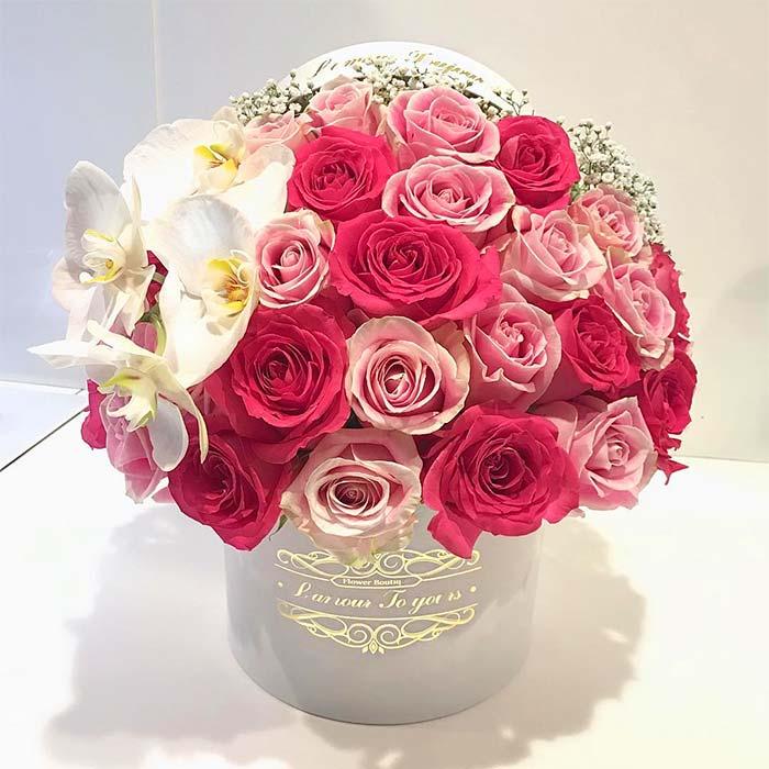 سبد گل سفید فانتزی لاکچری با رز قرمز صورتی