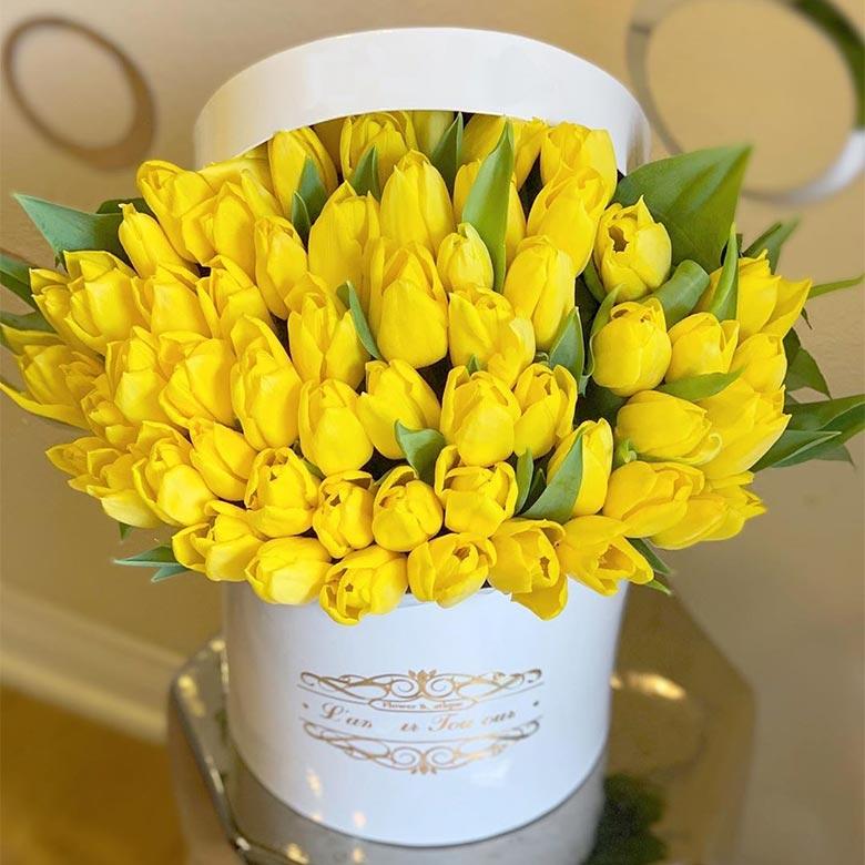 سبد گل لاله زرد طبیعی هلندی با گلدانی سفید