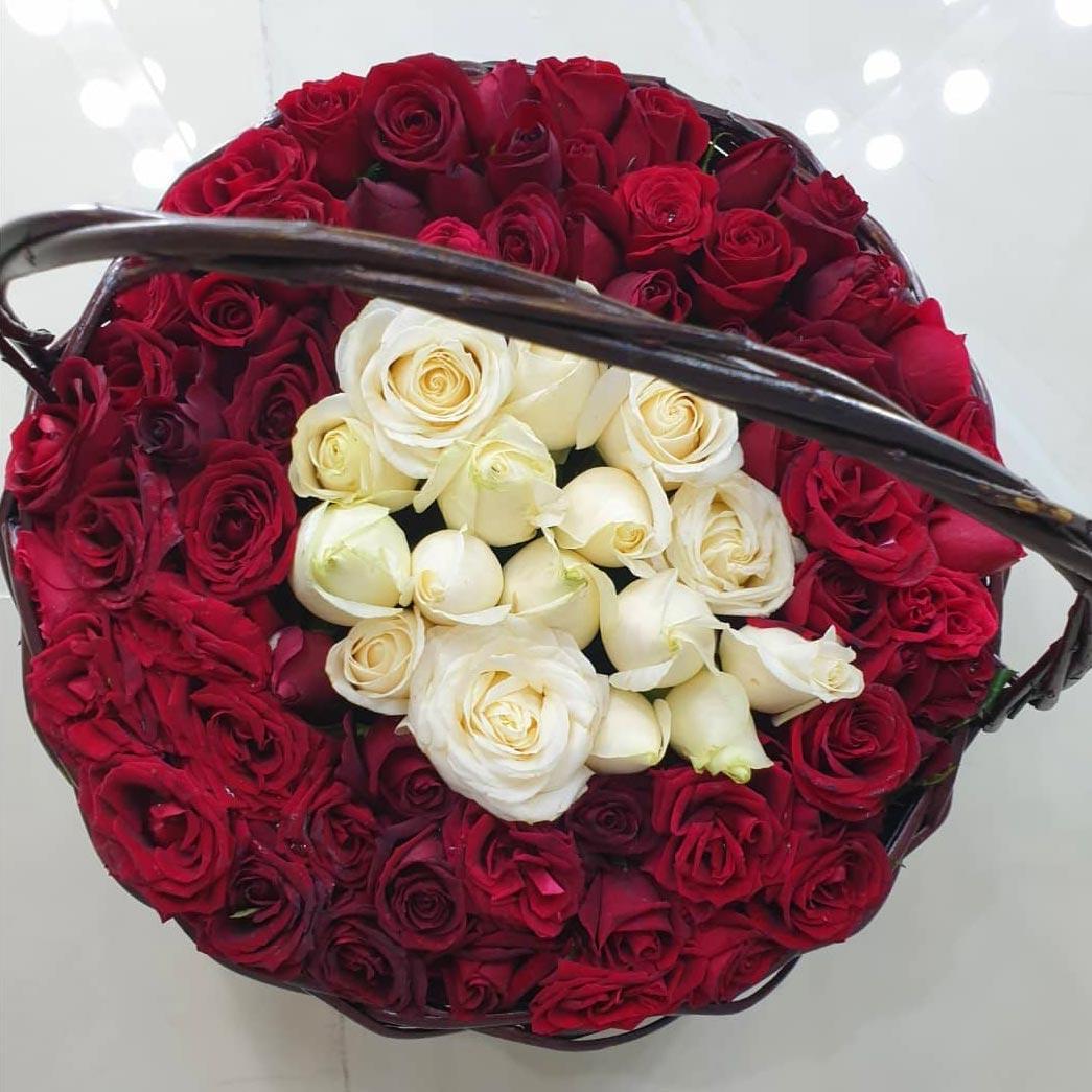 سبد گل کوچک گرد چوبی با گلهای رز قرمز و سفید